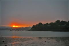 Aroha Island-Sonnenuntergang der Himmel brennt