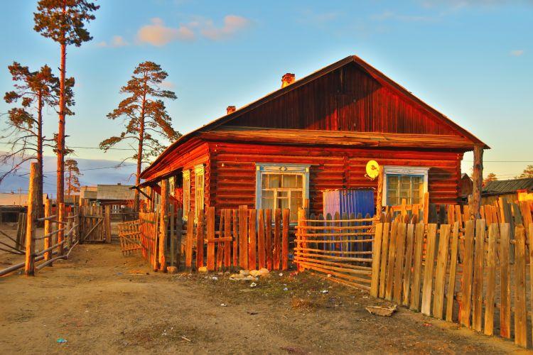 Holzhaus im Abendlicht