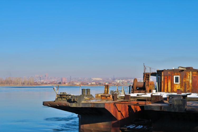 Altes Schiff vor Irkutsk Skyline
