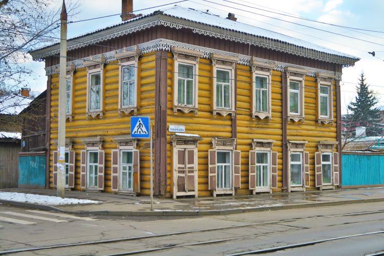 Altes gelbes Holzhaus