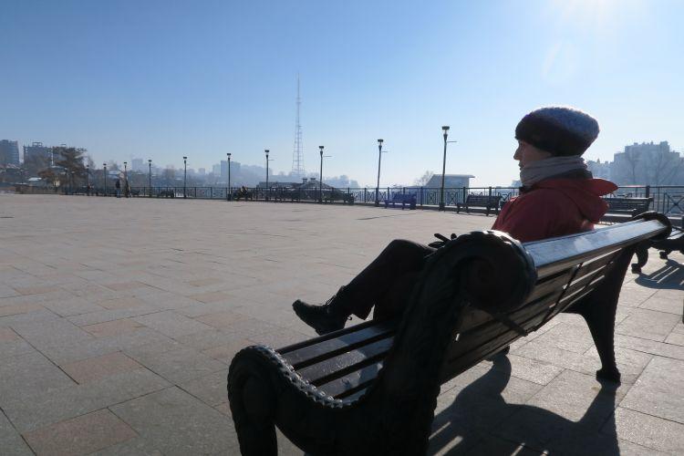 Conehead mit dem Eifelturm Sibiriens im Hintergrund