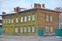 Altes-gruenes-Holzhaus