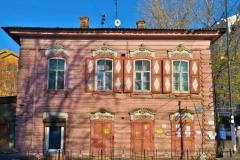 Altes rosa Holzhaus