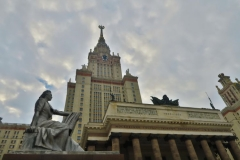 Lomonossow-Universitaet-lesende-Frau