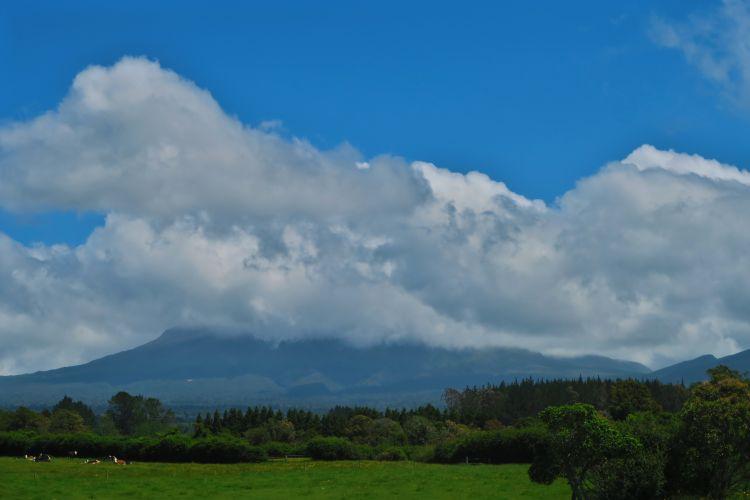 Mount Taranaki versteckt sich hinter den Wolken