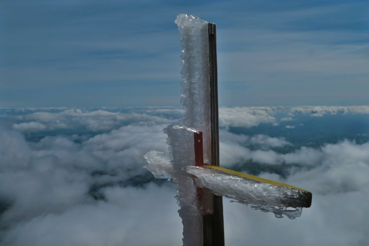 Snow-Valley-vereiste-Markierung-über-den-Wolken