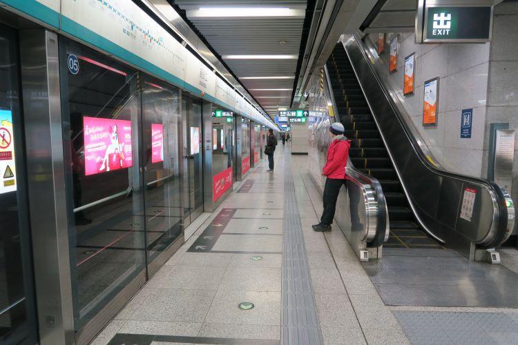 Warten an der Metro Linie 4