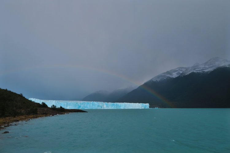 Regenbogen-ueber-dem-Perito-Moreno-Gletscher