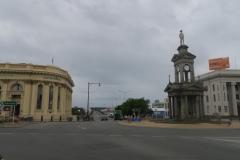 Invergargill-Verkehrsinsel-mit-Monument-für-den-Suedafrika-Krieg