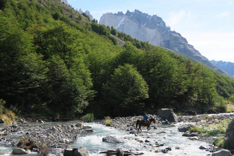Reiter durchquert den Fluss