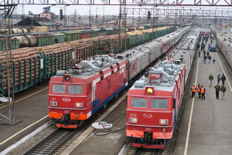 Zwei-Transsib-Züge-im-Bahnhof-Zima