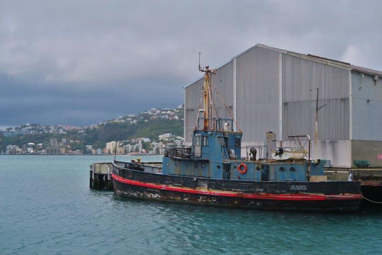 Altes Schiff im Hafen